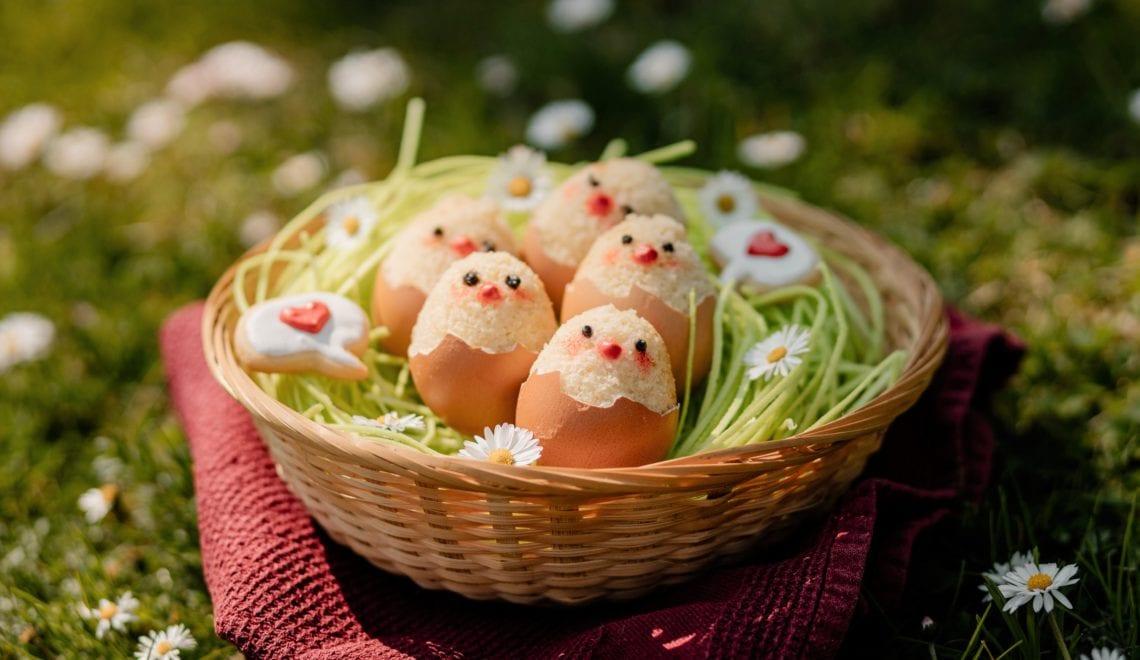 Biskuit-Küken in echten Eierschalen backen