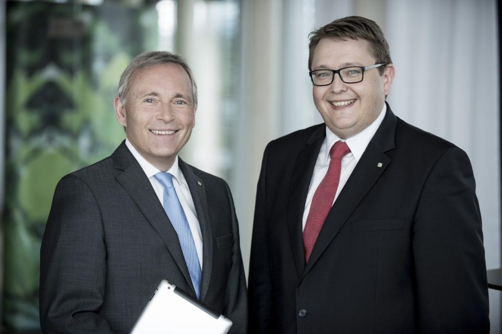 Die Vorstände Christian Purrer und Martin Graf lächeln in die Kamera.